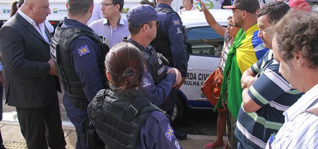 Catadores impedidos pela Guarda Municipal de participar do evento.