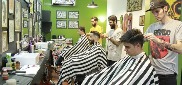 Pioneiros no ramo de tatuagem e barbearia, biogolos deixaram de lado a carreira para apostar na nova profissão.