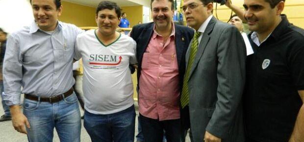 Tabosa com Olarte e vereadores da base de apoio.