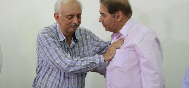 O Presidente da Santa Casa Wilson Teslenco e o prefeito de Campo Grande Alcides Bernal se cumprimentam após assinatura do contrato. (Foto: Wanderson Lara)