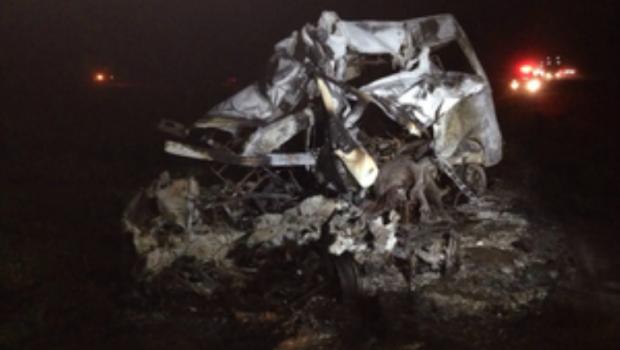 Van onde estavam as 7 v�timas pegou fogo e ficou destru�da (Foto: Alysson Maruyama/ TV Morena)