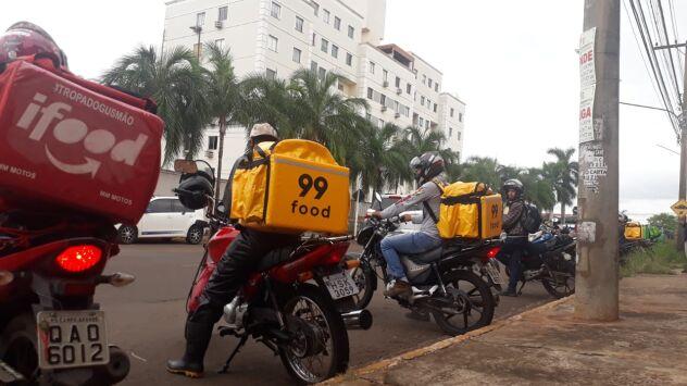 Motoentregadores protestam com buzinaço após colega ser chamado de 'preto e enrolado'