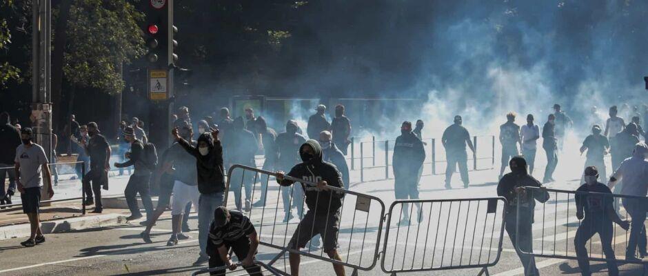 Ato a favor da democracia acaba em confronto na Paulista
