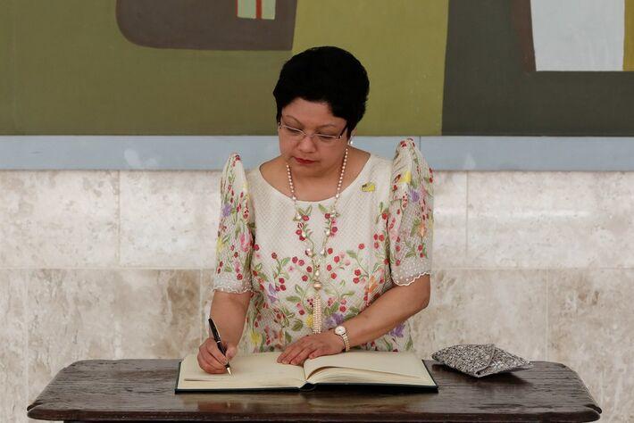 Marichu B. Mauro, embaixadora das Filipinas, durante assinatura do Livro dos Embaixadores, em abril de 2018