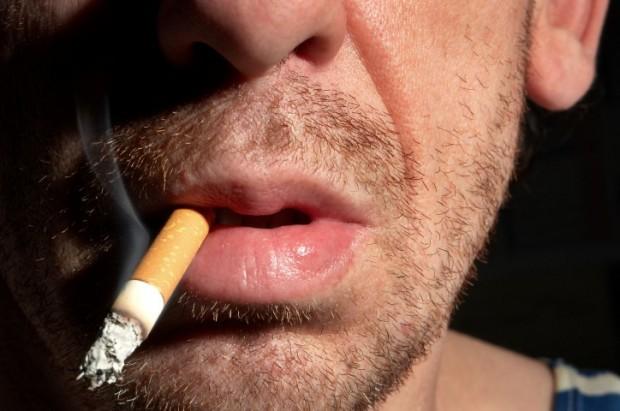 Cigarro causa câncer na boca