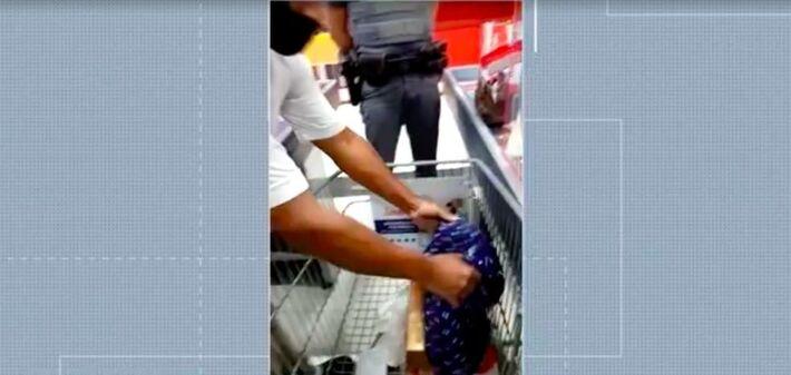 Supermercado obrigou casal negro a mostrar a bolsa para revista na hora do pagamento, no Campo Belo, Zona Sul de São Paulo
