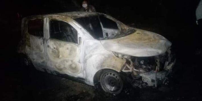 Carro do jornalista após incêndio