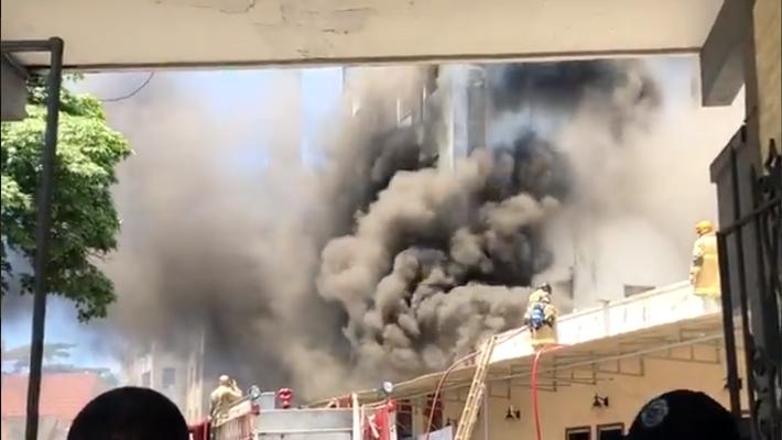 Bombeiros tentam conter avanço das chamas no edifício