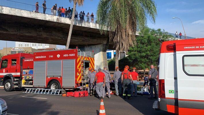 Homem foi resgatado ainda com vida, porém com ferimentos graves em Bauru
