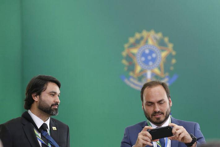 Leo Índio ao lado do primo Carlos Bolsonaro