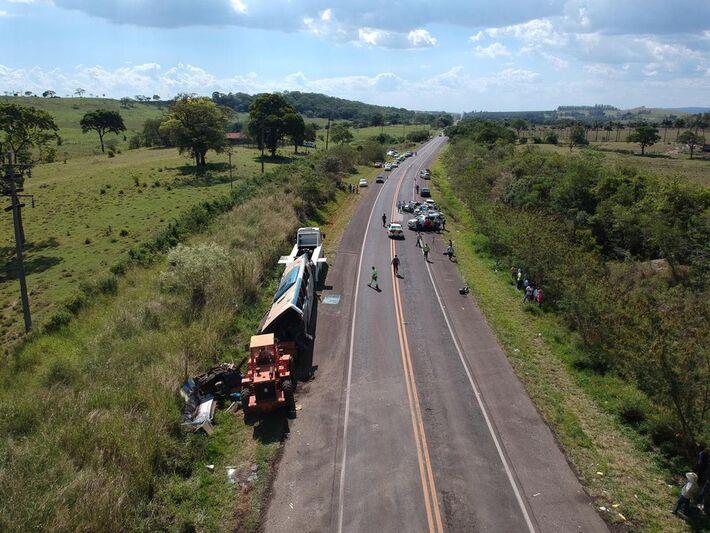 Acidente entre ônibus e caminhão deixou dezenas de mortos em rodovia de Taguaí (SP)