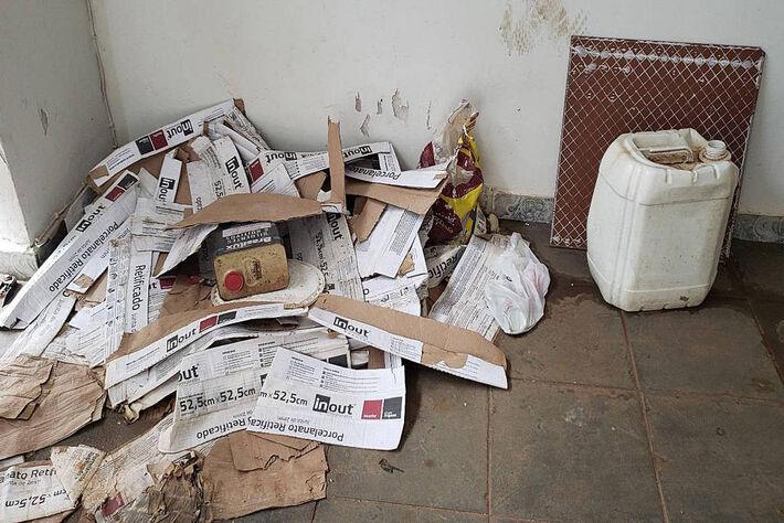 Relatório fotográfico das condições de alojamento dos operários da empresa SHOX DO BRASIL CONSTRUÇÕES LTDA. Na foto hall de acesso ao alojamento: ausência de limpeza e muito lixo espalhado pelo local