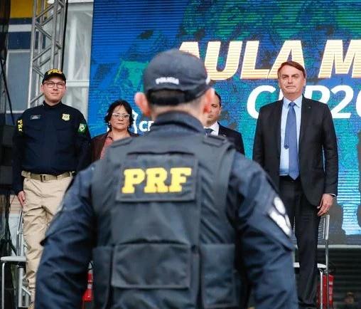 Bolsonaro a esquerda, durante evento na 6ª-feira