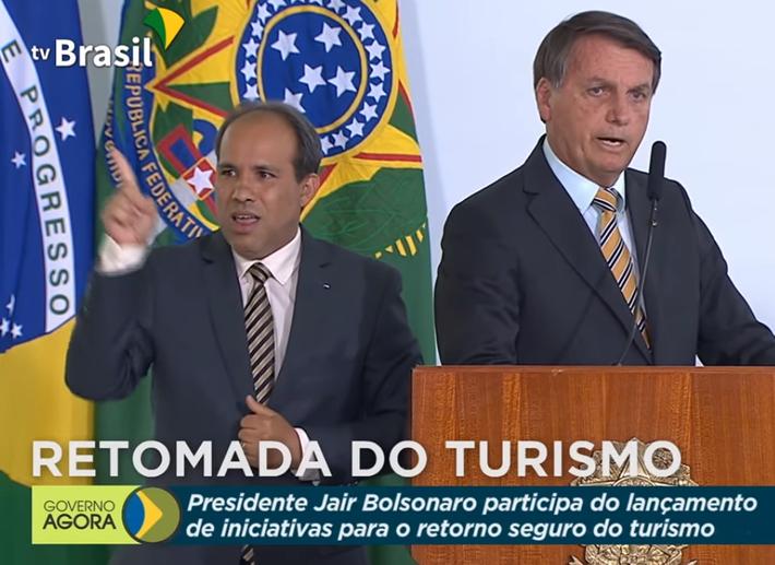 Bolsonaro a direita, durante evento do Turismo