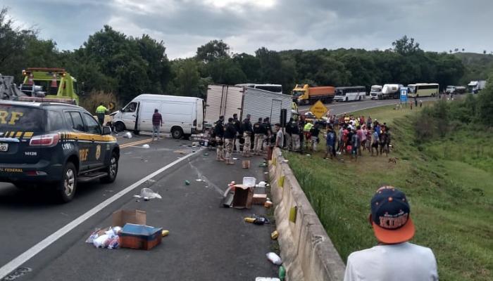A PRF (Polícia Rodoviária Federal), ao atender o acidente na altura do KM 473,9 da BR-277, deparou-se com um início de saque de carga em um dos veículos envolvidos, um caminhão-baú.