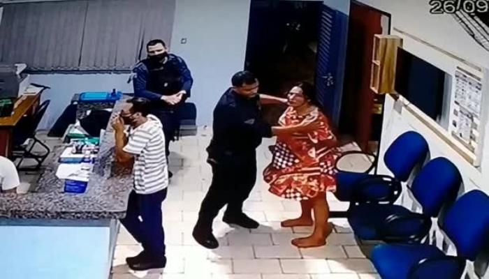 Mãe sendo agredida por PM, mesmo estando algemada