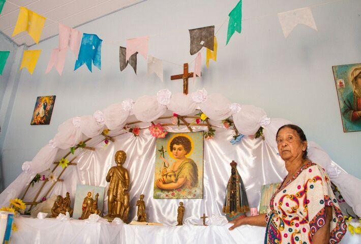 Mãe de Rosana na capela da associação