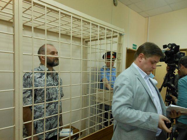 Anatoly Moskvin dentro da jaula durante julgamento