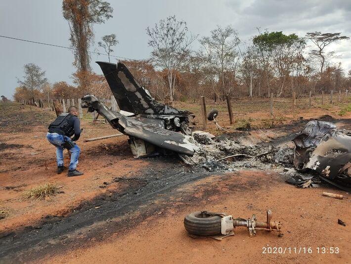 Segundo a Polícia Civil, a aeronave, de bandeira boliviana, bateu em um poste e pegou fogo