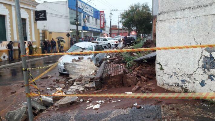 Desabamento de muro mata mãe e filha em Brotas