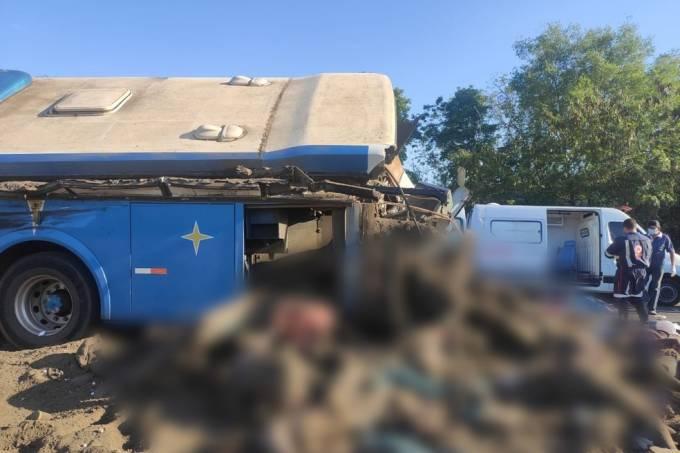 Tragédia, corpos amontoados no local da colisão