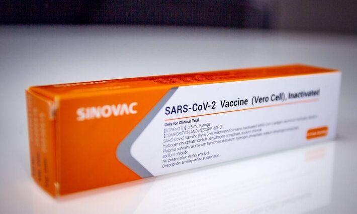 A vacina chinesa está sendo testada em centros de pesquisa localizados em São Paulo, Brasília, Rio de Janeiro, Minas Gerais, Rio Grande do Sul e Paraná