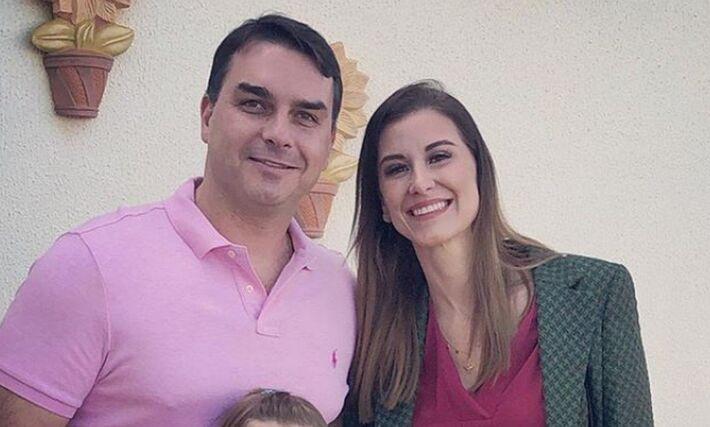O senador Flávio Bolsonaro e a mulher dele, Fernanda Bolsonaro