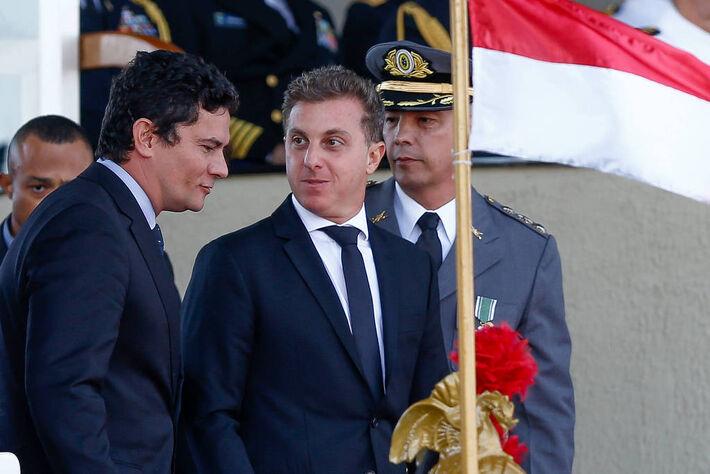 Sergio Moro e Luciano Huck participam, em abril de 2017, de solenidade em comemoração ao Dia do Exército em Brasília