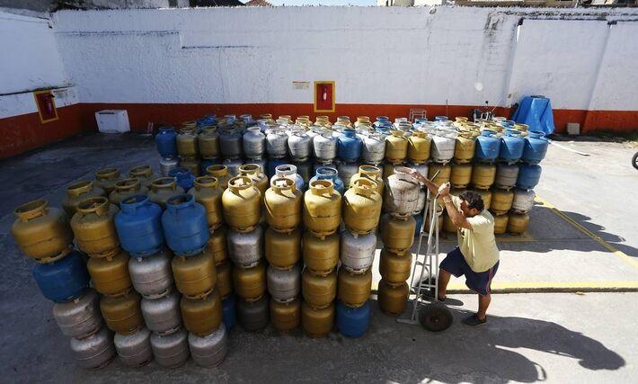 Pátio de distribuidora de gás de botijão - 29-5-2018