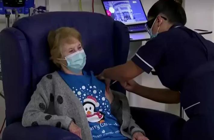 Margaret Keenan, prestes a completar 91 anos, é primeira vacinada contra Covid-19 no início da imunização no Reino Unido