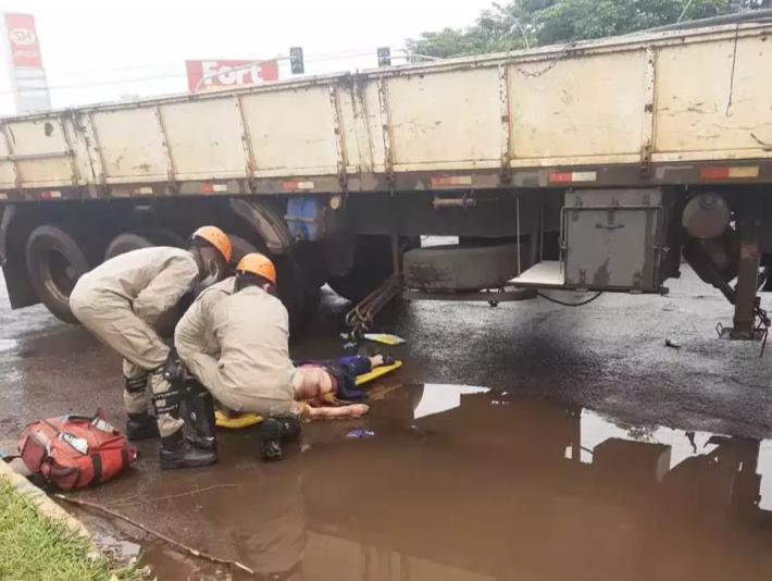 Ciclista sendo atendido por equipe do Corpo de Bombeiros