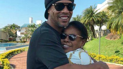 Ronaldinho abraçado a mãe