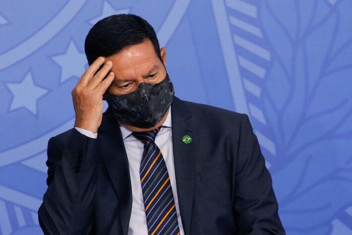 O vice-presidente do Brasil, Hamilton Mourão, gesticula durante a cerimônia de posse do novo ministro da Saúde em Brasília