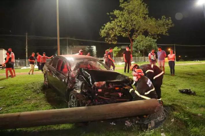 Poste de iluminação foi derrubado pelo condutor da Vectra