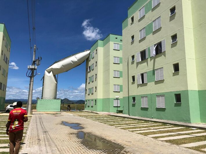 Caixa d'água rompeu e caiu em cima de prédio em condomínio popular de Cariacica