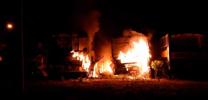 Ônibus ficaram completamente destruídos pelas chamas