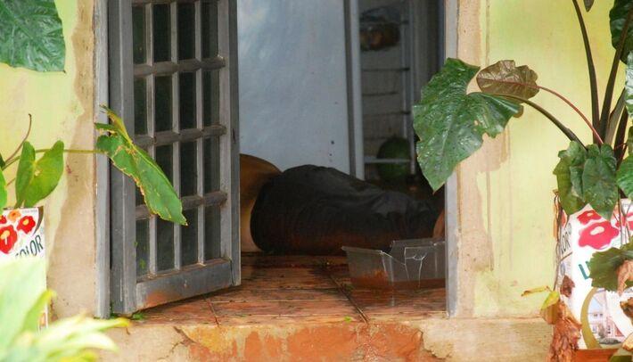 Corpo de Bezerra ficou caído na sala após ser atingido e esfaqueado. A ex-companheira dele é suspeita de ter cometido o assassinato