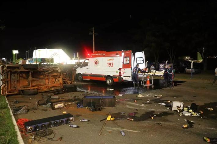 Objetos que estavam na carroceria de caminhonete, incluindo latas de cerveja, ficaram espalhadas pela pista após capotagem