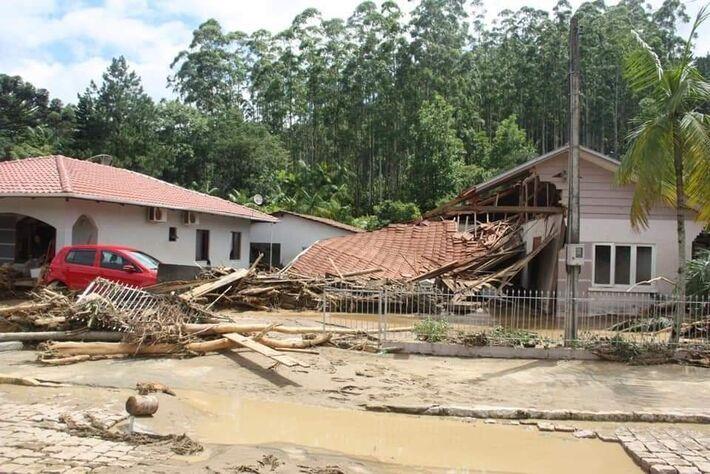 Cenário de destruição deixado pelas chuvas nesta 5ª-feira no Vale Itajaí (SC0