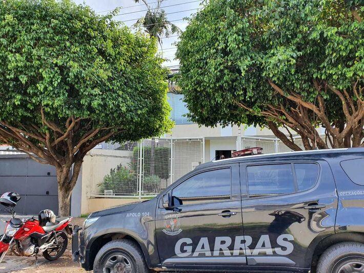 Viatura do Garras estacionada em frente à sede do Pantanal Cap, empresa que será lacrada por ordem judicial