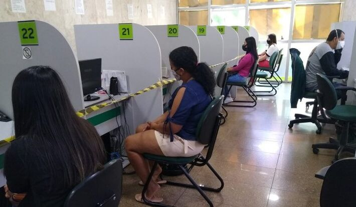 Pessoas buscan trabalho na Fundação de Trabalho do Estado de Mato Grosso do Sul (MS)