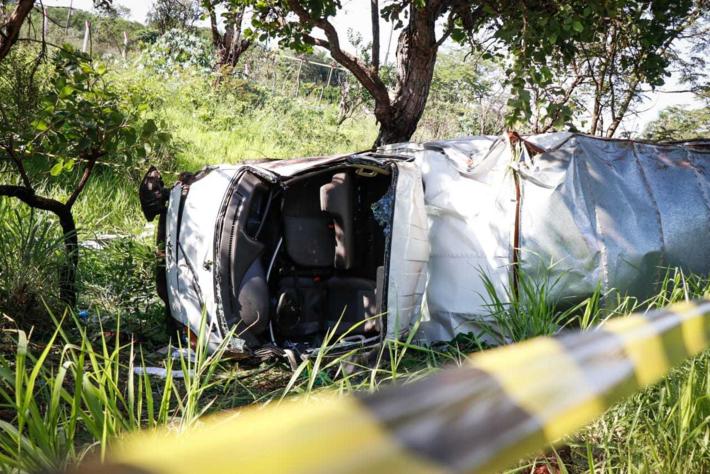 Caminhão ficou totalmente destruído após capotar e bater em árvore.