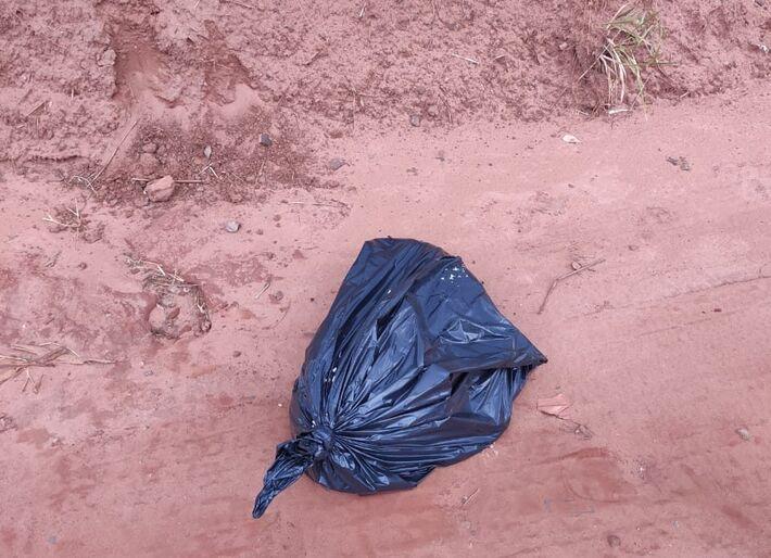 O corpo do animal foi encontrado pela policia dentro de saco preto em matagal