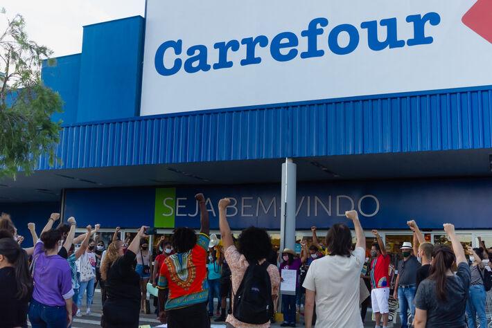Manifestantes no Dia da Consciência Negra em frente ao Carrefour em Campo Grande (MS)