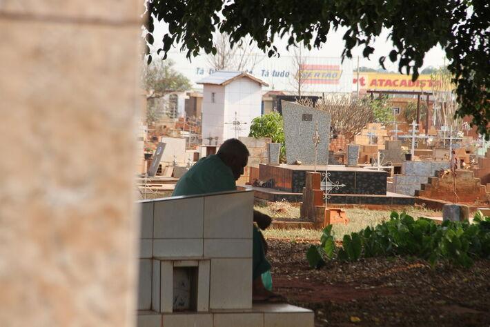 Homem triste em um cemitério na Capital de MS