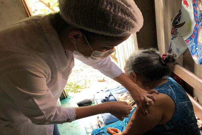 Vacinação de idosa acamada