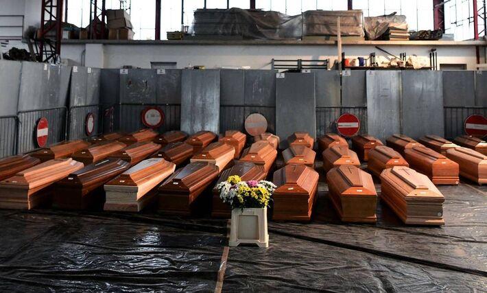 Corpos de vítimas de Covid-19 são enterrados em valas comuns, em Manaus