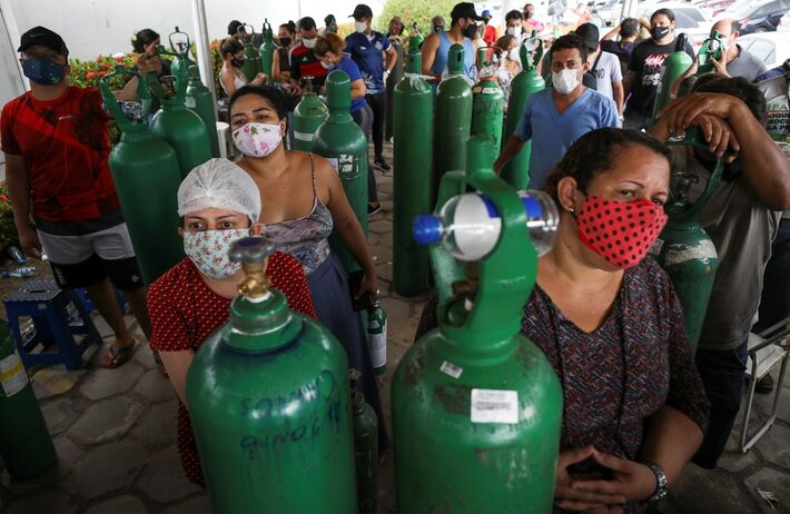 Parentes de pacientes internados em Manaus fazem fila para compra de oxigênio no dia 18 de janeiro