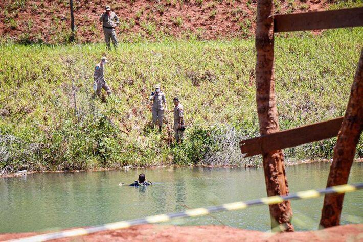 Movimentação de militares do Corpo de Bombeiros em lagoa onde jovem foi encontrado morto