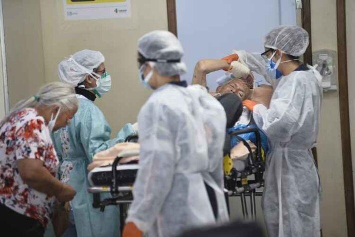 Paciente com Covid-19 na UTI de hospital